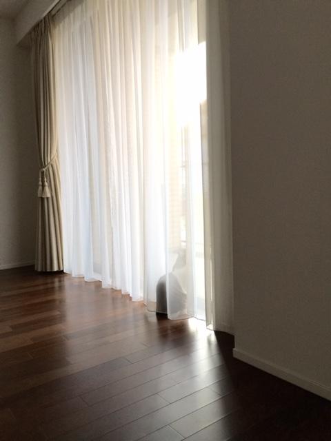 ガランとした部屋で、あーちゃんはお世話になったお家にお別れの挨拶をしているようです