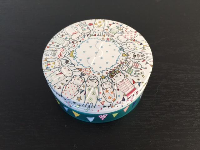 こちらのネコモチーフは中央の余白に自分で文字を書き加えて、プレゼントできます